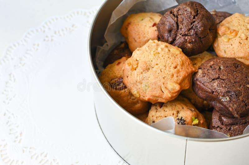 Les biscuits faits maison dans une boîte de conserve ronde photo libre de droits