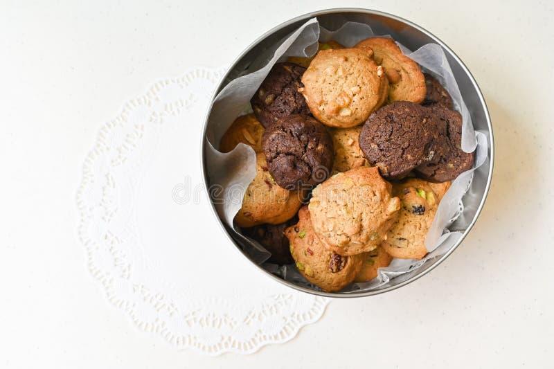 Les biscuits faits maison dans une boîte de conserve ronde photographie stock libre de droits