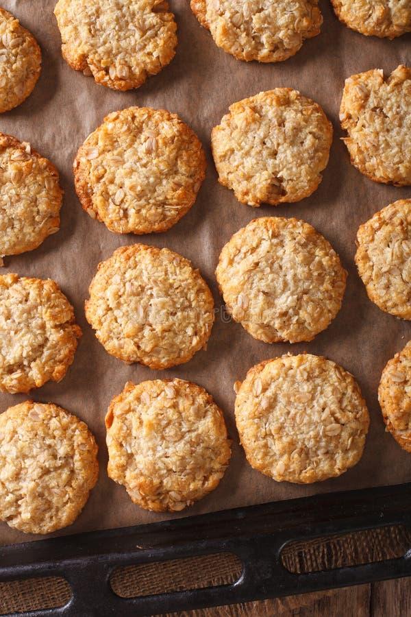Les biscuits fraîchement cuits au four d'Anzac de farine d'avoine se ferment sur une plaque de cuisson photos libres de droits