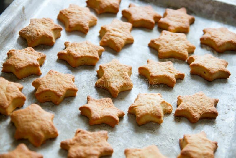 Les biscuits Hot stars sur la poêle sont prêts photos stock