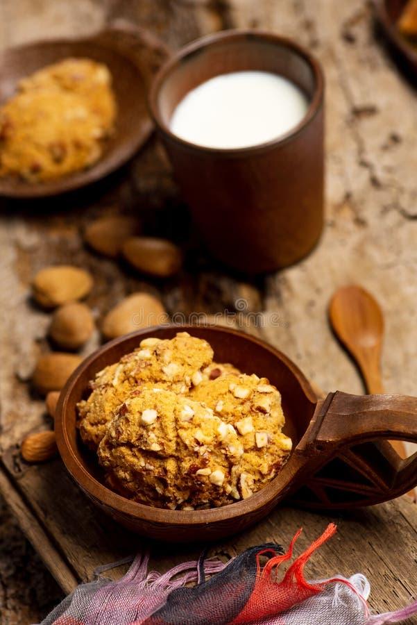 Les biscuits int?graux avec des amandes se ferment  photographie stock libre de droits