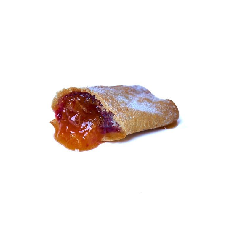 Les biscuits ont roulé avec des cerises et des cassis d'isolement sur un fond blanc Dessert doux image libre de droits