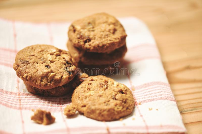 Les biscuits ont séché les groseilles et l'écrou sur la nappe sur la table en bois photographie stock libre de droits