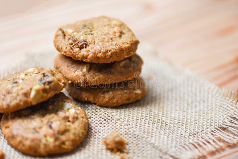 Les biscuits ont séché les groseilles et l'écrou sur le sac photos stock