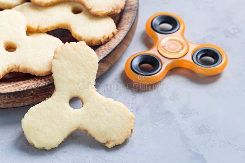 Les biscuits sablés dans le jouet à la mode de fileur forment, horizontal photographie stock