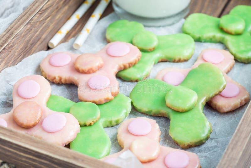 Les biscuits sablés faits maison dans le jouet à la mode de fileur forment, horizontal image libre de droits