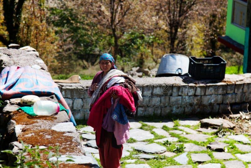 Les blanchisseuses sèchent leur blanchisserie sur des pierres en Himalaya photos stock