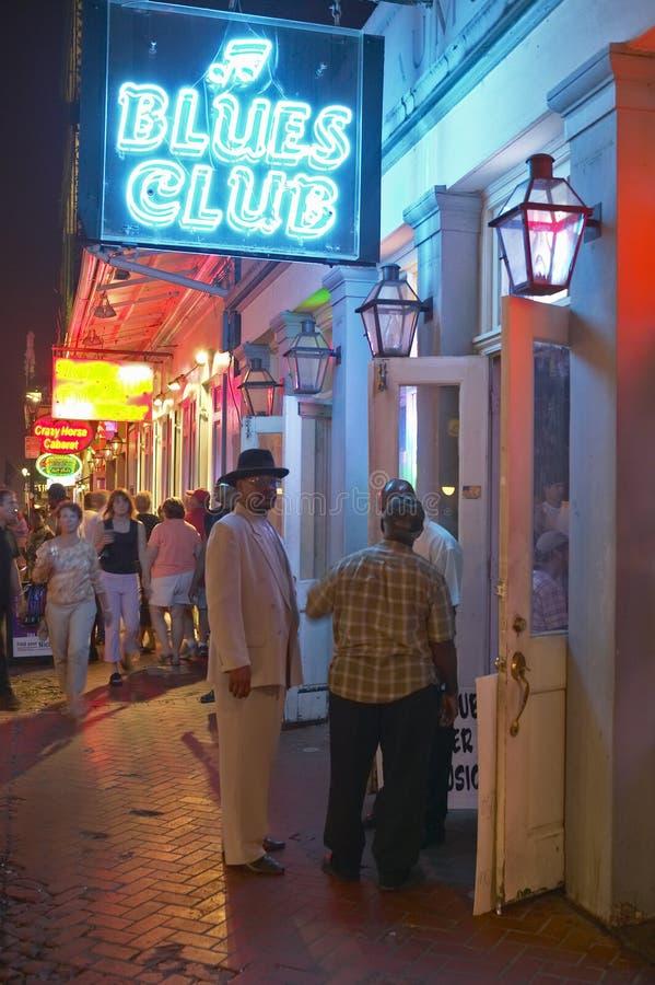 Les bleus matraquent et les lampes au néon sur la rue de Bourbon dans le quartier français de la Nouvelle-Orléans, Louisiane image libre de droits