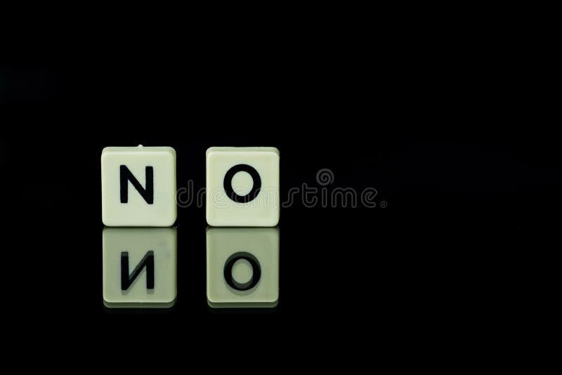 les blocs avec des lettres ont placé sur une table en verre Mots disposés du le photographie stock libre de droits