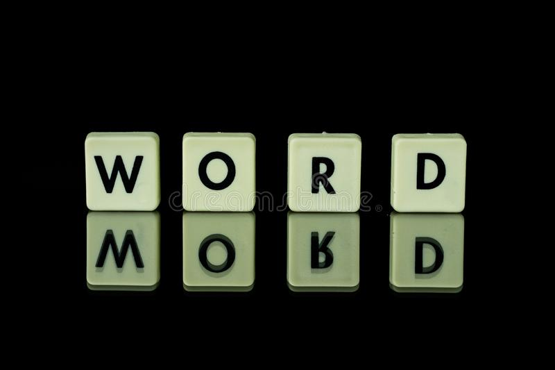 les blocs avec des lettres ont placé sur une table en verre Mots disposés du le images stock