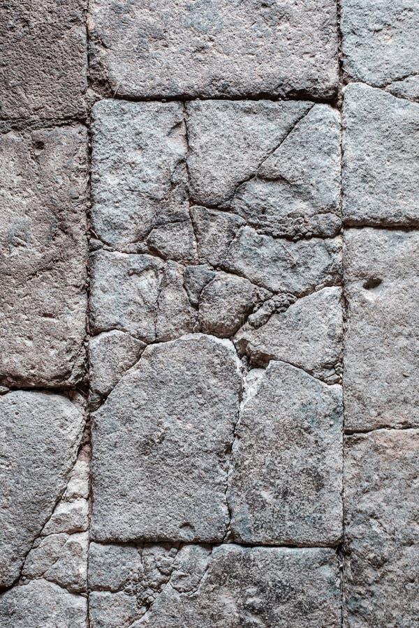 Les blocs criqués de pierre, antiquité ont couvert de tuiles le plancher/mur en pierre avec le crac images stock