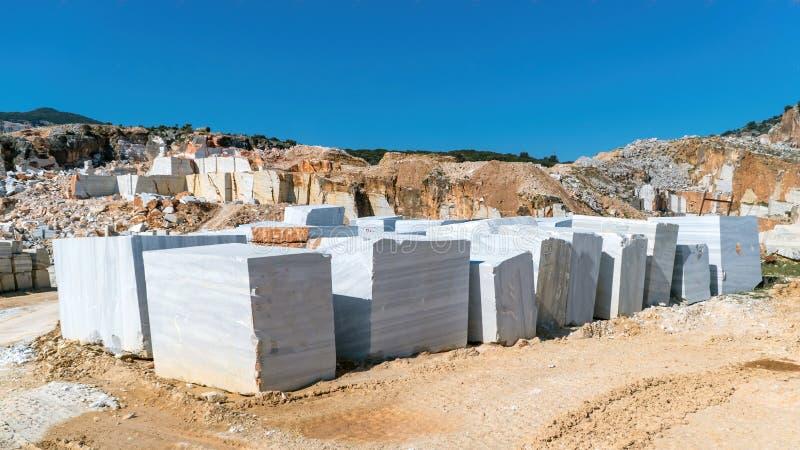 Les blocs de marbre ont extrait ? partir d'une carri?re en ?le de Marmara, Balikesir, Turquie photographie stock libre de droits