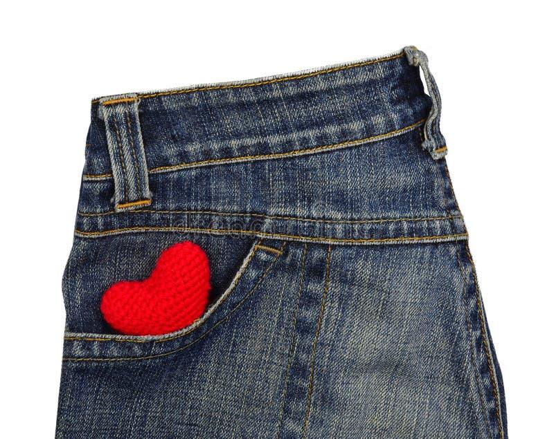 Les blues-jean soutiennent la poche avec le coeur rouge de crochet photo libre de droits