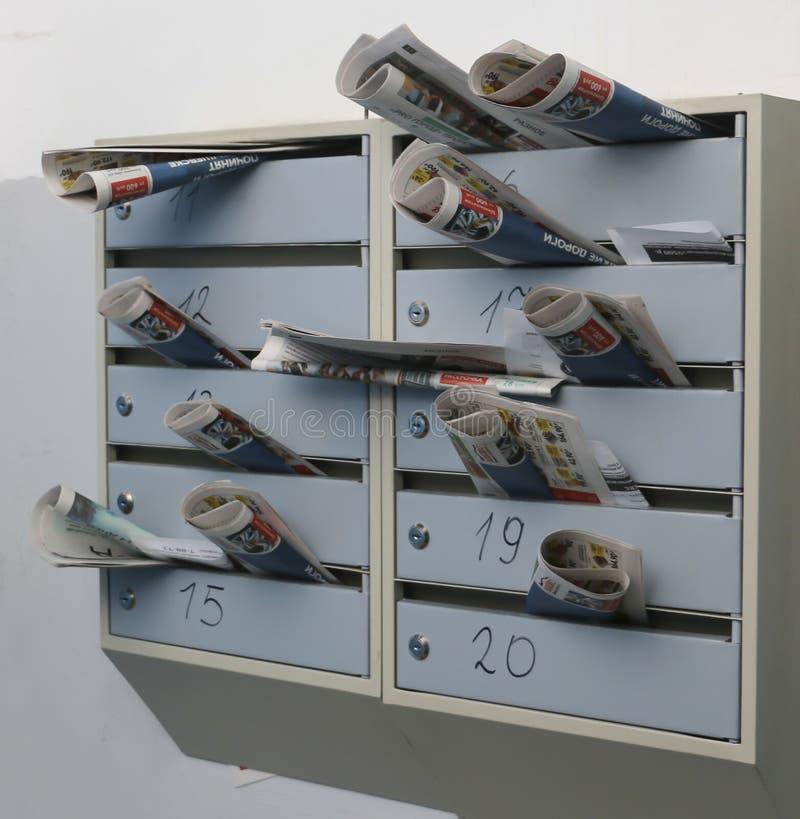 Les boîtes aux lettres ont enfermé la correspondance photos stock