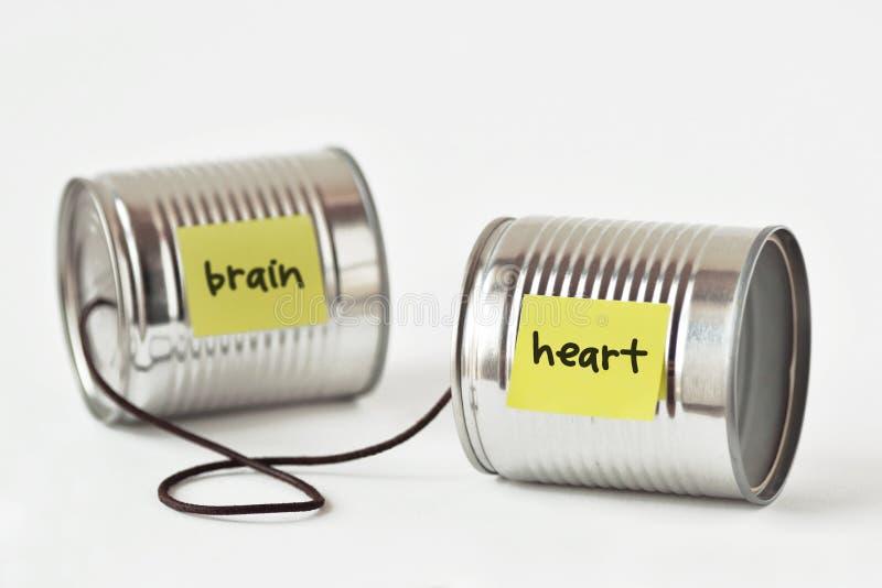 Les boîtes en fer blanc téléphonent avec le coeur et le cerveau de mots écrits sur le papier n images libres de droits