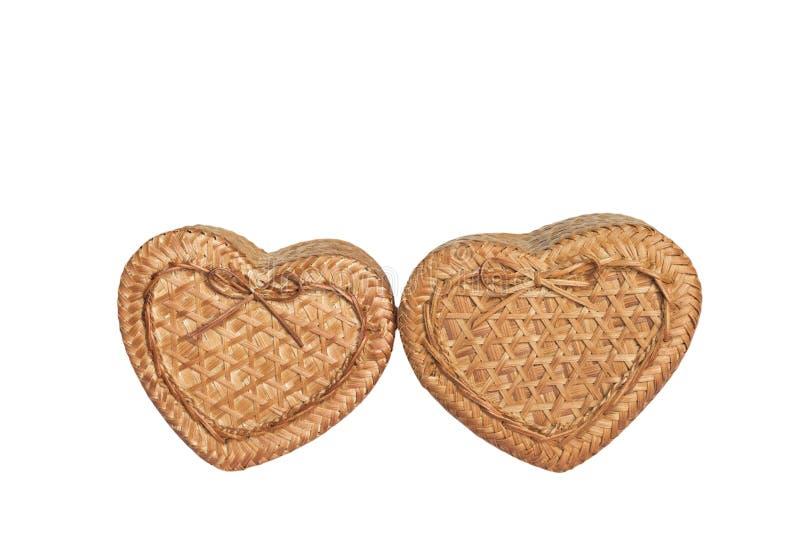 Les boîtes en forme de coeur de la boîte deux de l'osier représentent l'amour d'une femme et des hommes sur le chemin blanc de photos stock