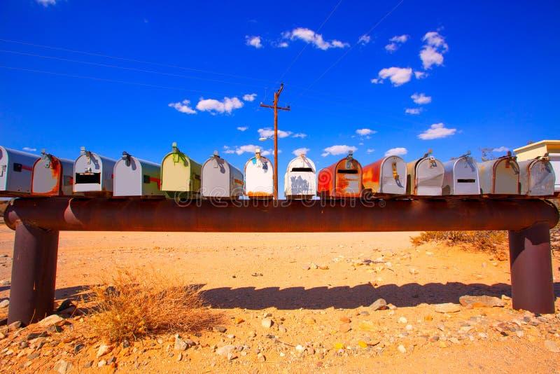 Les boîtes grunges de courrier dans le Mohave de la Californie abandonnent les Etats-Unis image stock
