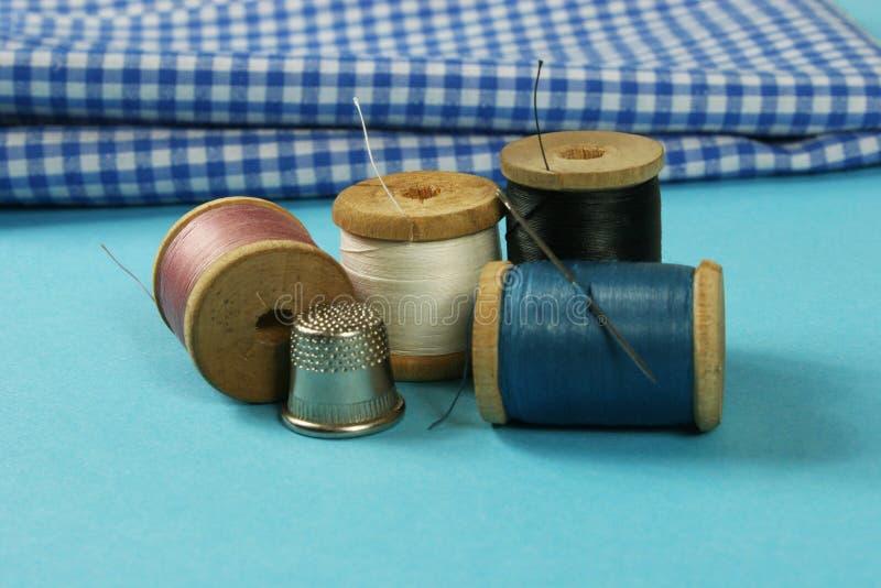 Les bobines en bois avec du coton coloré filète pour coudre, vintage photo libre de droits