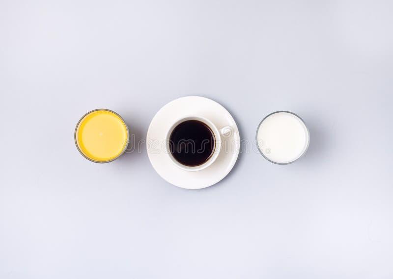 Les boissons colorées utiles de groupe boivent le fond bleu orange Minumal de vue supérieure de Tableau de vie de Juice Milk Flat images stock