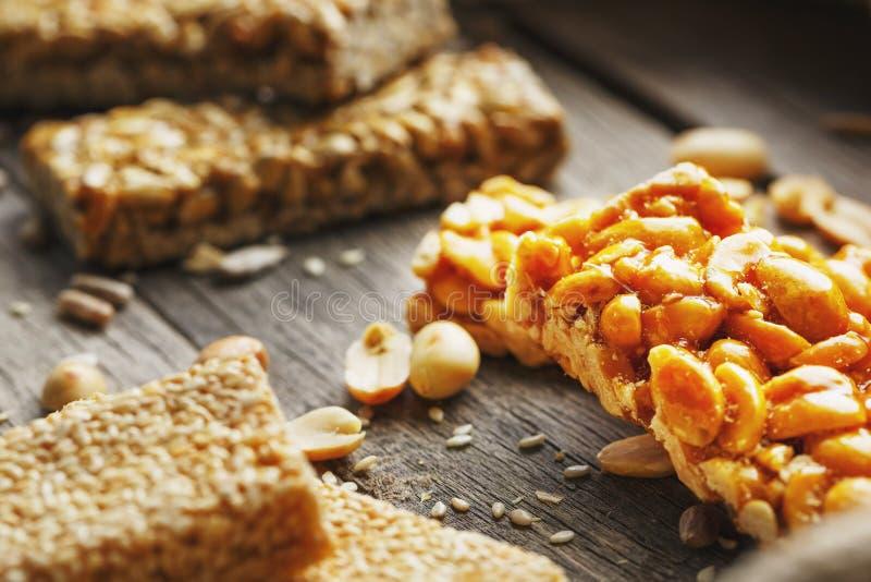 Les bonbons barrent des graines de tournesol sur un fond de cru avec la toile de jute Bonbons orientaux délicieux Gozinaki des gr images libres de droits