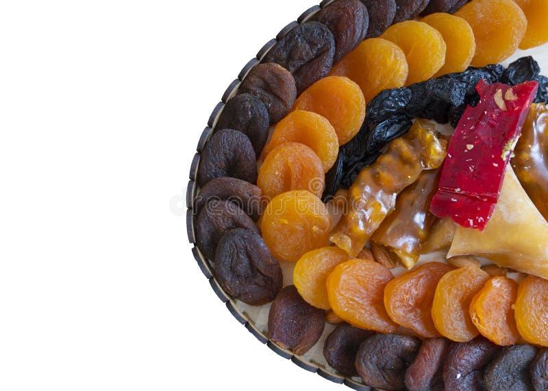 Les bonbons orientaux à plaisir turc ont séché des fruits et des écrous dans une boîte en bois avec le fond blanc d'isolement image stock