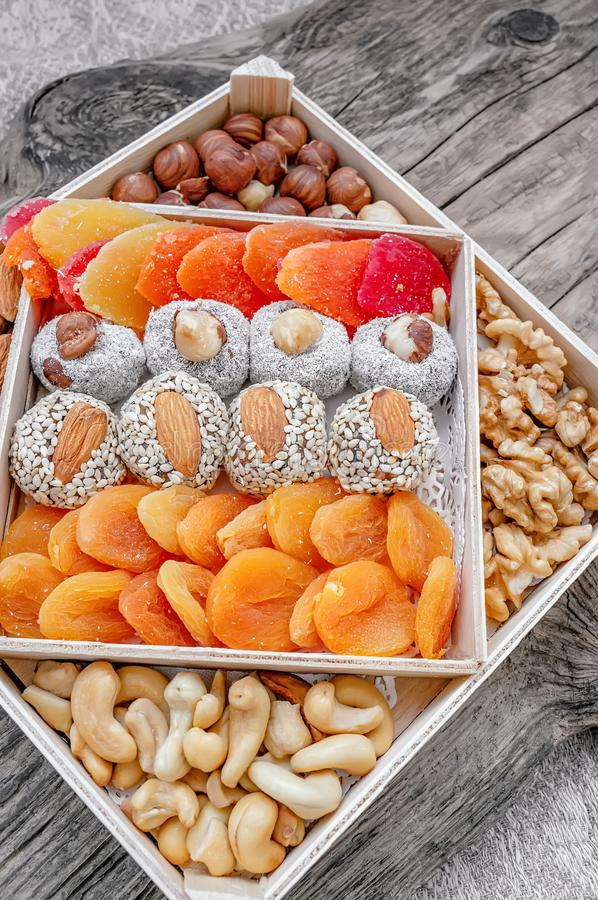 Les bonbons orientaux à plaisir turc ont séché des fruits et des écrous dans une boîte en bois Fond E Nourriture normale sélecteu image libre de droits