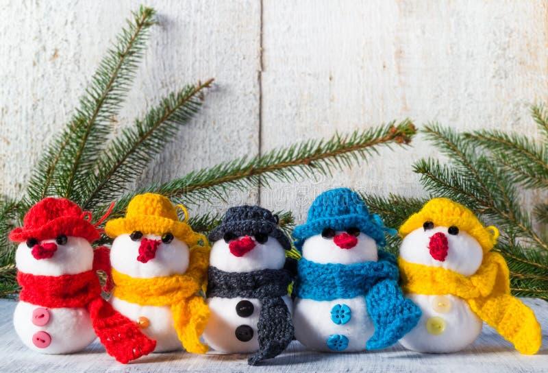 Les bonhommes de neige embarquent la famille en bois d'équipe de peluche d'hiver de Noël illustration de vecteur