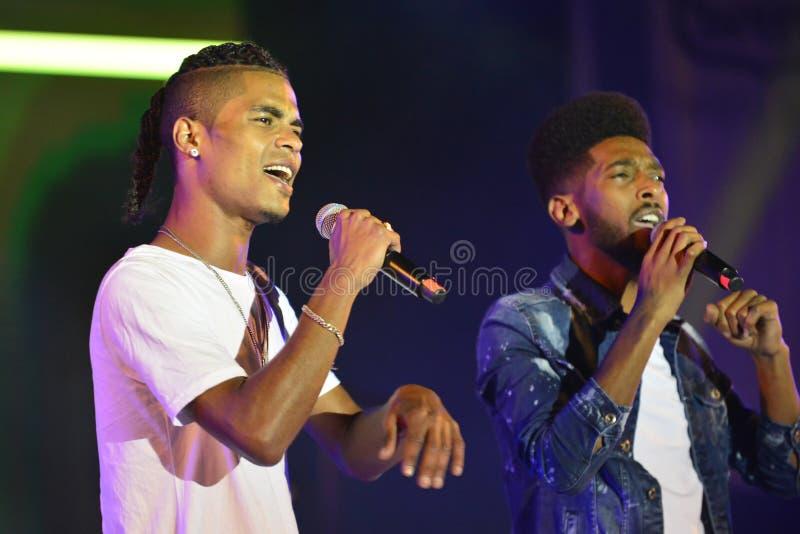 Les bords sont un duo de groupes de musique d'Israélien préformant au Jour de la Déclaration d'Indépendance de l'Israël 70 chez K image stock