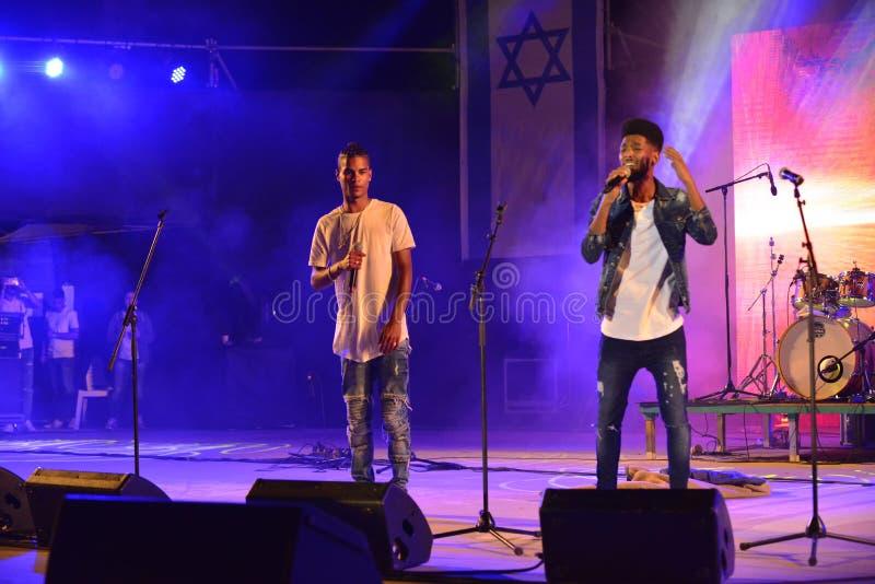 Les bords sont un duo de groupes de musique d'Israélien préformant au Jour de la Déclaration d'Indépendance de l'Israël 70 chez K image libre de droits