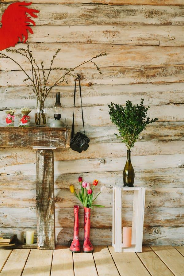 Les bottes de pluie colorées avec le ressort fleurit, des bougies, pierres, l'olil l photographie stock libre de droits