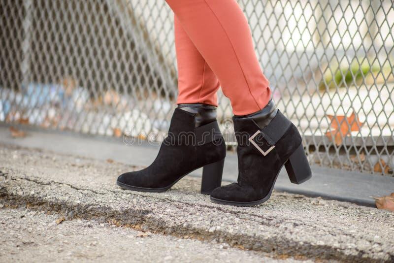 Les bottes noires des femmes image libre de droits
