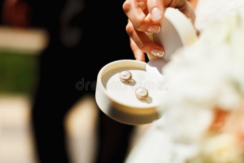 Les boucles d'oreille d'or de perle se sont tenues dans une boîte blanche de velours photo stock