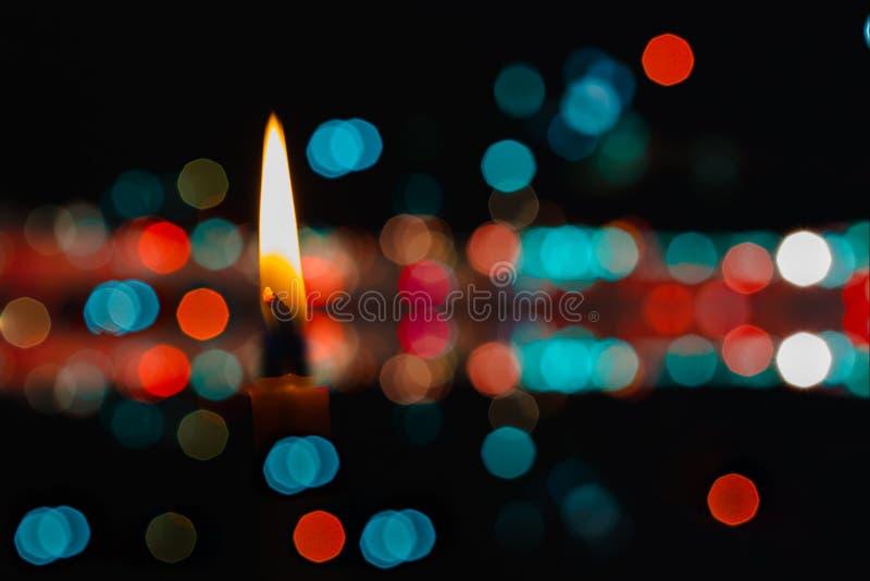Les bougies brûlent. image libre de droits
