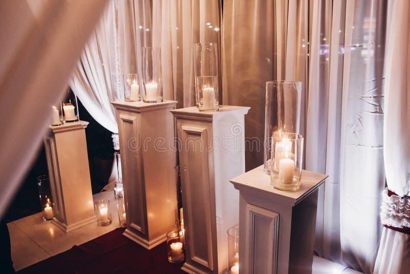 Les bougies dans des lanternes en verre, décor élégant de mariage pour égaliser les épousent photographie stock libre de droits