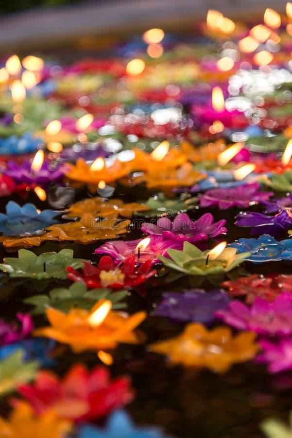 Les bougies de flottement de fleur dans l'eau pour font le mérite dans le bouddhiste photo stock