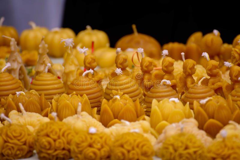 Les bougies de miel, bougies de figurines, les bougies fabriquées à la main font avec amour, bougies romantiques cire naturelle t photographie stock libre de droits