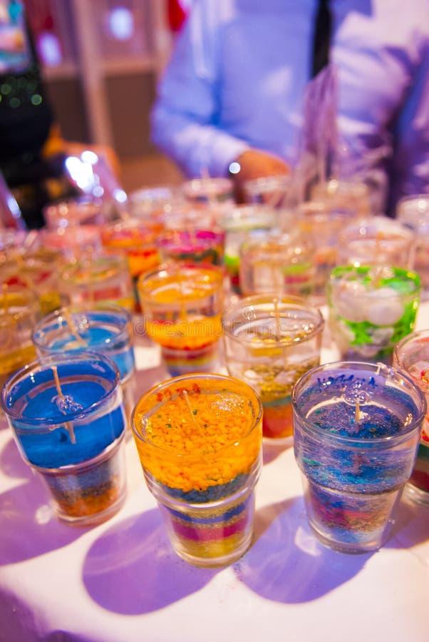 Les bougies faites main, bleu, jaune, rouge, verdissent a image stock