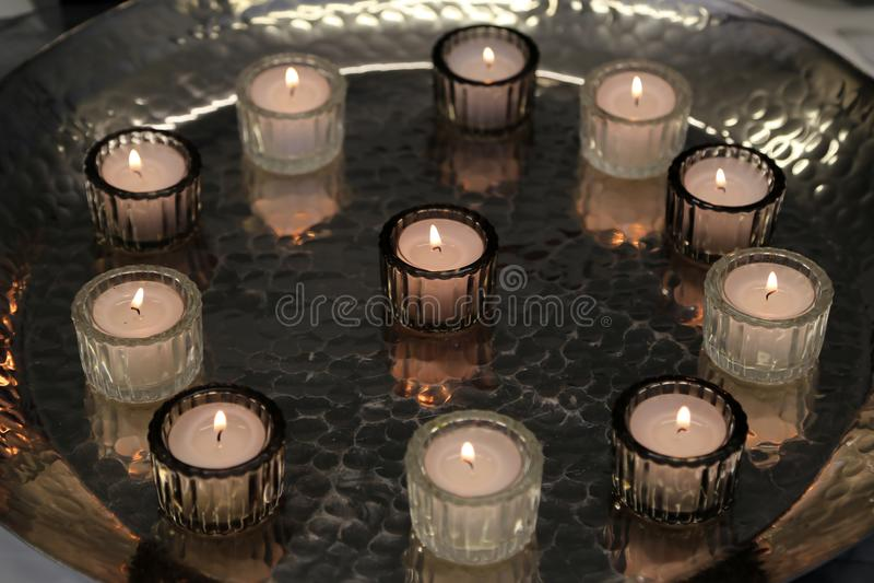 Les bougies sont sur la table photos libres de droits