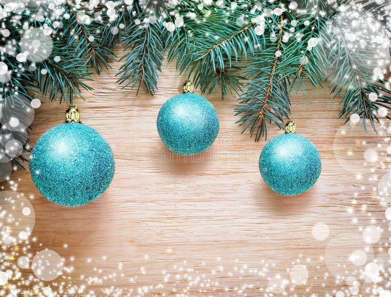 Les boules bleues de Noël accrochant sur le sapin s'embranchent dans la neige images libres de droits