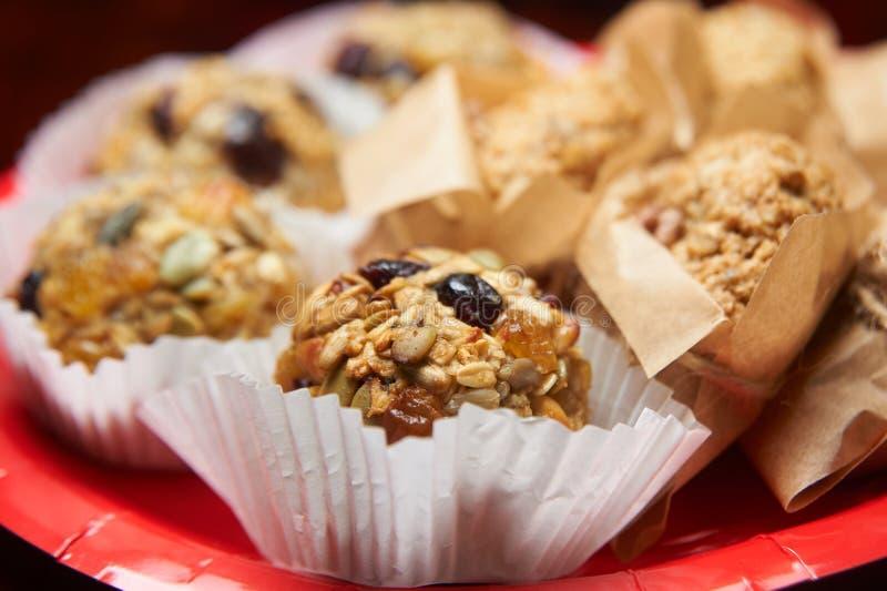 Les boules de biscuits de graine se ferment  Bar de forme physique de céréales pour le régime Suivez un régime la nourriture image libre de droits