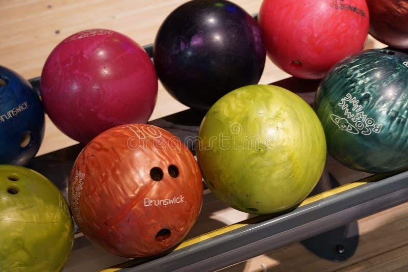Les boules de bowling sont sur le jeu d'étagère photo stock