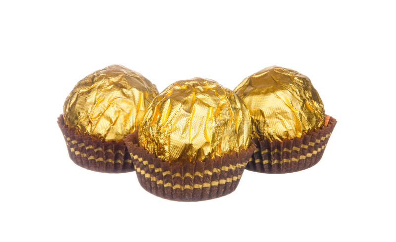 Les boules de chocolat wraped avec l'aluminium d'or d'isolement sur le blanc images stock