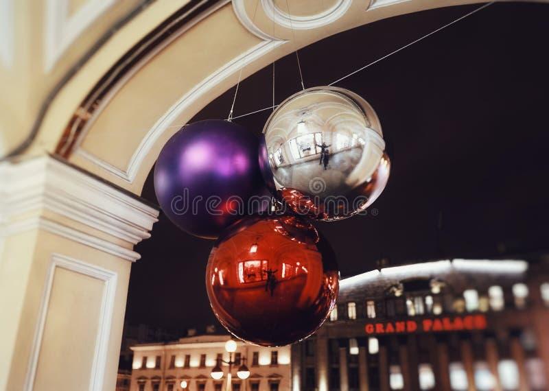les boules de décor lumineuses par architecture de ville de nuit scintillent plan rapproché texturisé léger d'éclat photographie stock libre de droits