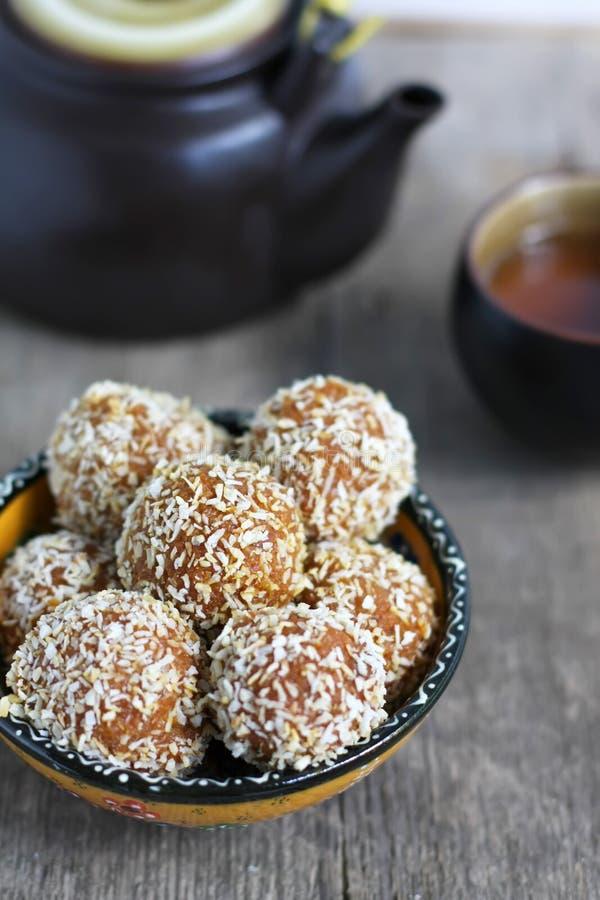 Les boules de halva de carotte en noix de coco ébrèche, bonbon indien, foc sélectif image stock