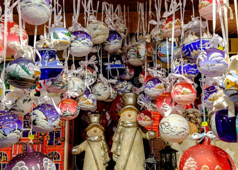 Les boules de Noël se sont vendues au marché à Vienne, Autriche photo stock