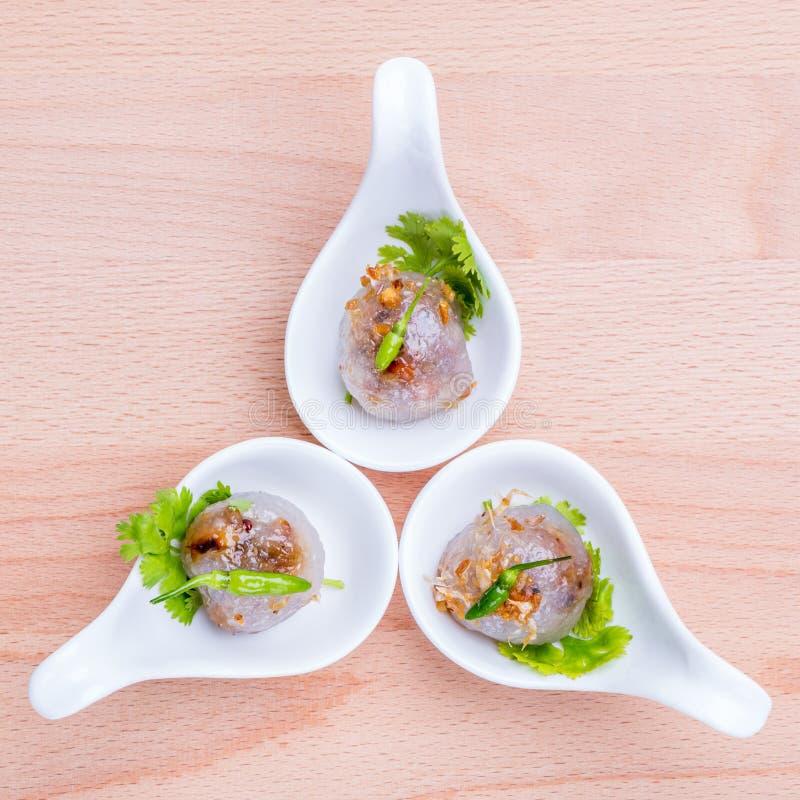 Les boules de sagou ont rempli du porc haché et de service mariné doux de radis photographie stock libre de droits