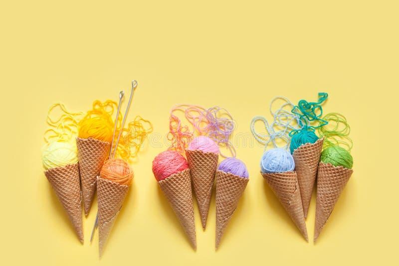 Les boules du fil se situent dans un cône de gaufre pour la crème glacée  Laine colorée image libre de droits