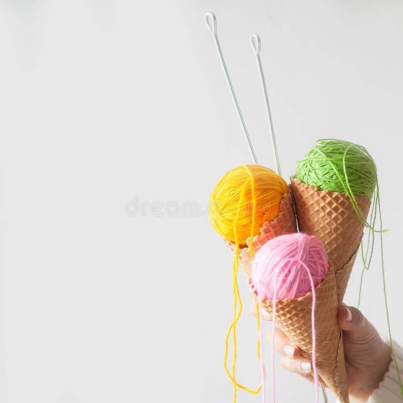 Les boules du fil se situent dans un cône de gaufre pour la crème glacée  Laine colorée image stock