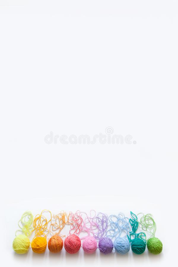 Les boules du fil se situent dans un cône de gaufre pour la crème glacée  Laine colorée photographie stock