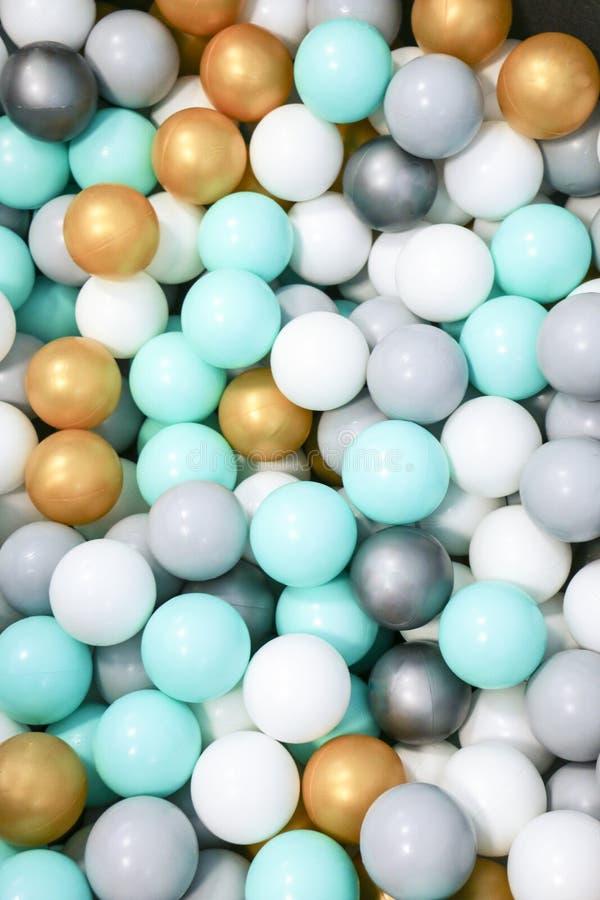 Les boules en plastique des enfants pour la piscine et le jeu fun secs photos libres de droits